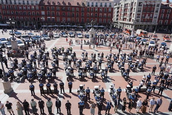 Minuto de silencio por el fallecimiento del policia municipal de Valladolid. / ICAL - DOS SANTOS