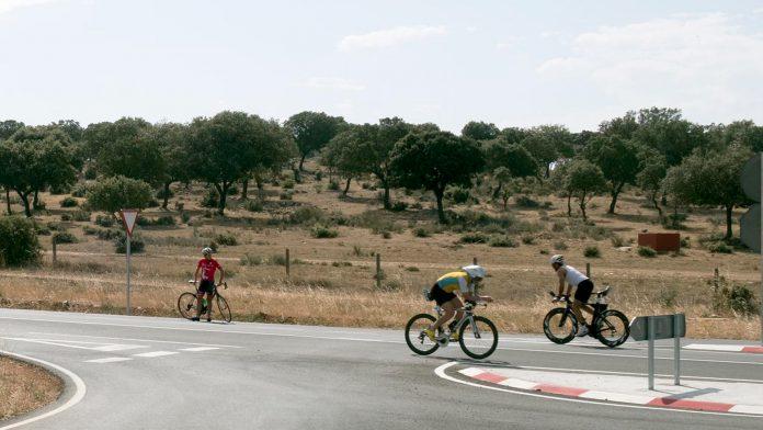 Algunos ciclistas practican este deporte en las carreteras de la provincia.