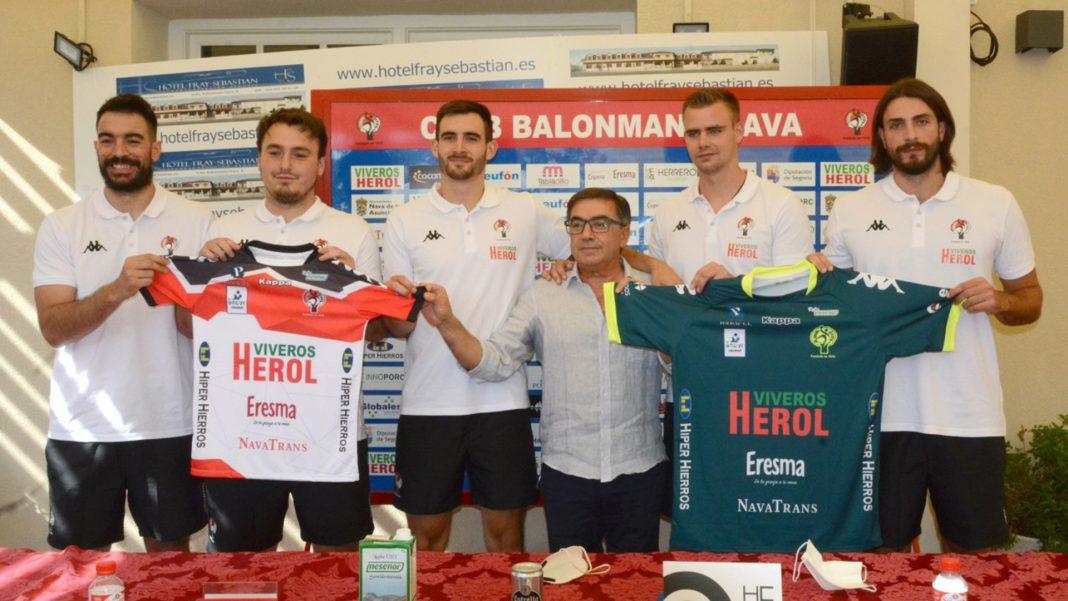 El presidente del Balonmano Nava, junto a los cinco fichajes del equipo para la temporada 21/22./ AMADOR MARUGÁN