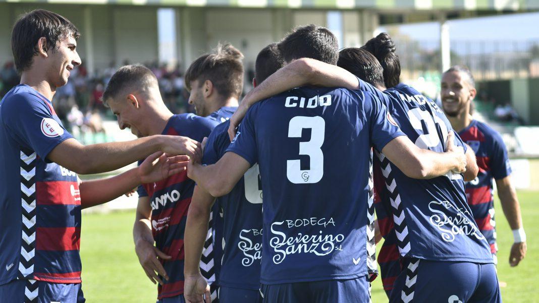 Los jugadores de la Segoviana retornan a su campo tras celebrar uno de los goles al Navalcarnero./ JAIME GUERRERO