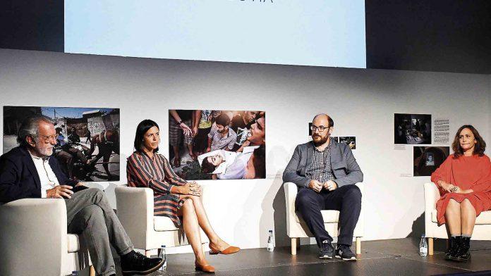 Verificadores de información de medios de comunicación durante su encuentro en el Hay Festival. / EFE