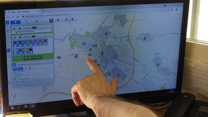 Un empleado de la central de Radiotaxi señala en un mapa de la ciudad servicios de taxi localizados por GPS. / Kamarero