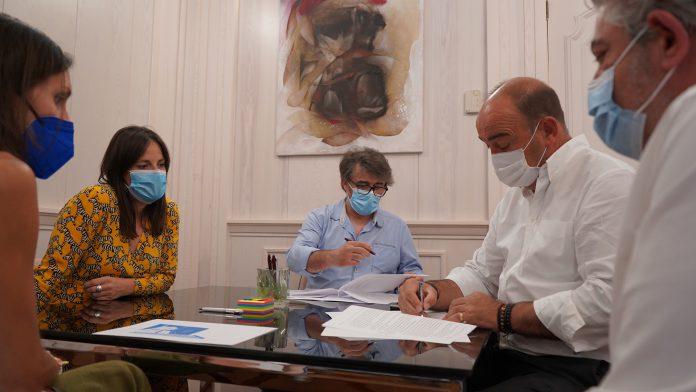 El presidente de la Diputación y la directora del Esteban Vicente han firmado un acuerdo con los artistas. / EL ADELANTADO