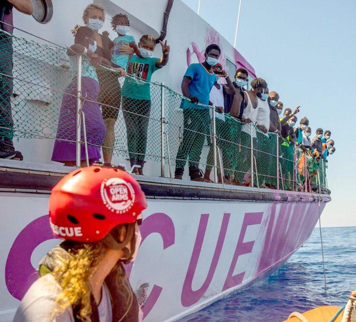 Isabel Zamarrón ha participado en diversas operaciones de vigilancia y asistencia a migrantes en el mar con barcos de Open Arms. / SANTIAGO PALACIOS