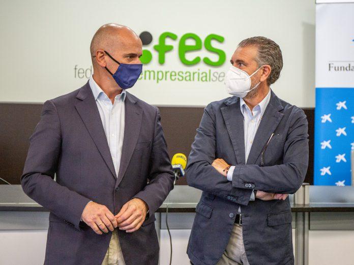 El presidente de la FES junto al responsable de acción social de CaixaBank en Castilla y León (izq.). / NEREA LLORENTE
