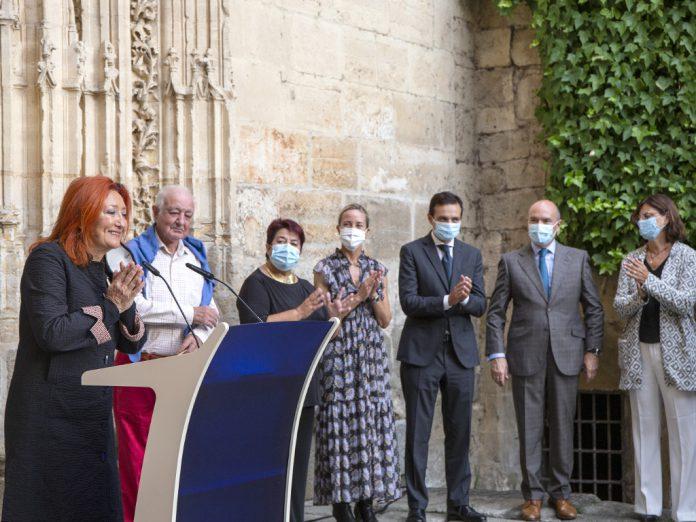 Al acto inaugural asistieron la alcaldesa de Segovia, Clara Luquero, la directora general de Hay Festival España, Sheila Cremaschi, y diversas autoridades. / NEREA LLORENTE