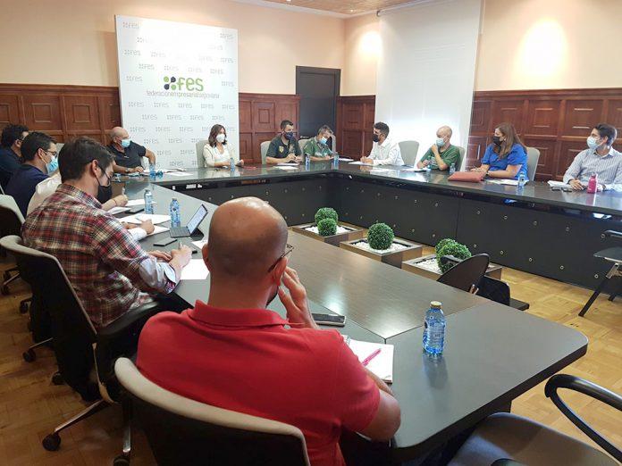 Reunión entre la FES, las asociaciones empresariales de El Cerro y Hontoria y los grupos políticos municipales. / EL ADELANTADO