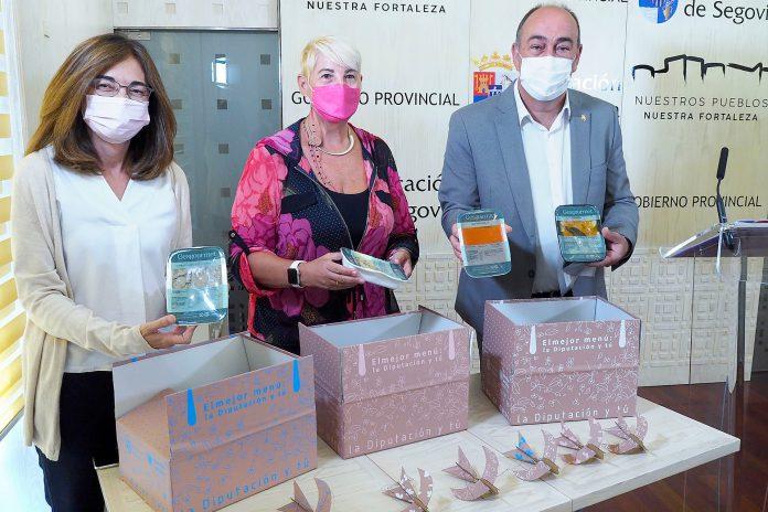 El presidente de la Diputación de Segovia, Miguel Ángel de Vicente, detalló ayer la iniciativa, junto con la directora del CSS La Fuencisla y una representante de la empresa adjudicataria. / KAMARERO