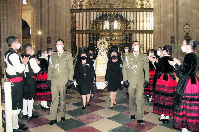 El grupo 'Emperador Teodosio aplaude a la virgen a su entrada a la Capilla del Santisimo en la Catedral