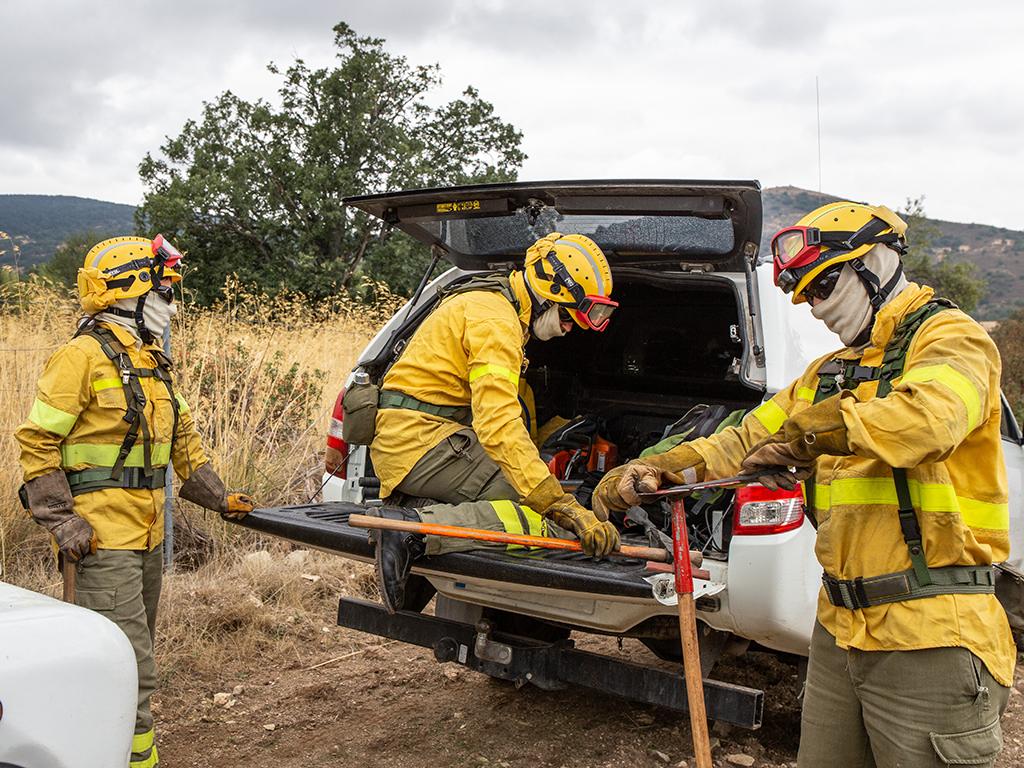 El personal forestal descarga herramientas para uno de los trabajos