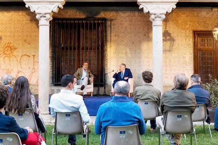 El director general de El Adelantado, Ángel González Pieras, y el periodista Luis María Ansón analizaron la situación de la prensa provincial. / KAMARERO