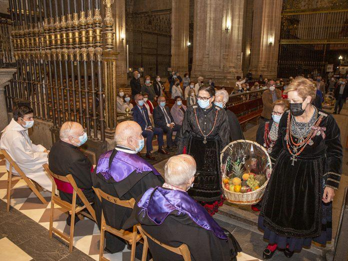 Los trajes regionales se dejaron ver en muchos de los grupos de la ofrenda