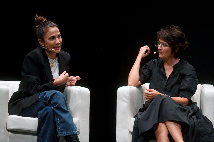 Las actrices Silvia Abril y Toni Acosta son las creadoras de uno de los podcasts más escuchados en España. / EFE