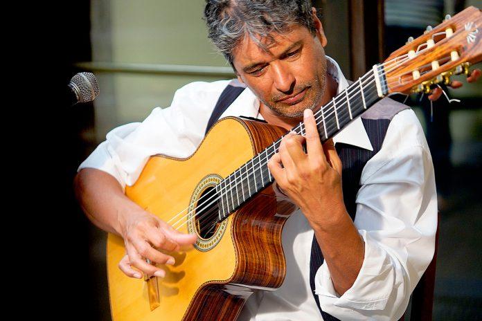 El segoviano Juan Hedo combina sus dos musas: la canción y la poesía. / JUAN HEDO