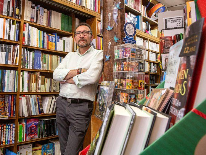 Pedro Pascual es el gerente de la librería 'Punto y línea' desde febrero de 2019. / NEREA LLORENTE