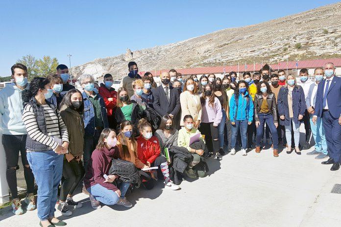 El viceconsejero con los alumnos y profesores de Ganaderia y Actividades Ecuestres