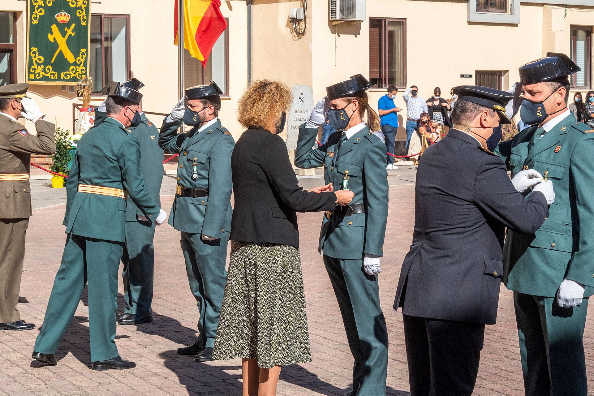 Imposición de condecoraciones por su trayectoria y labor a miembros del cuerpo y personal civil. / KAMARERO