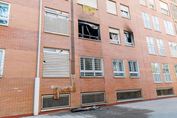 El incendio se produjo en un bloque de la calle El Parque, en La Albuera. / ICAL